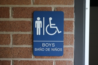 Red Oak Elementary School (Highland Park, IL); Boys Bathroom ADA compliant sign with Spanish copy